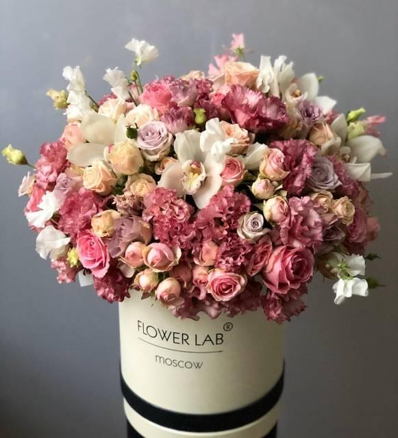 Букет «Орхидея, 3 сорта кустовой розы, 2 сорта эустомы»